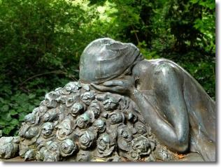 Friedhof Reichenau - Skulptur einer trauernden Frau